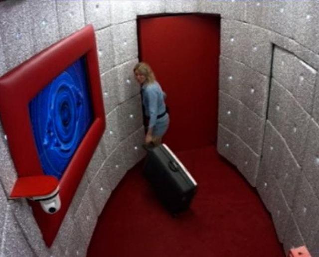 E infine la Vento varca la soglia della porta rossa, ma per andarsene...