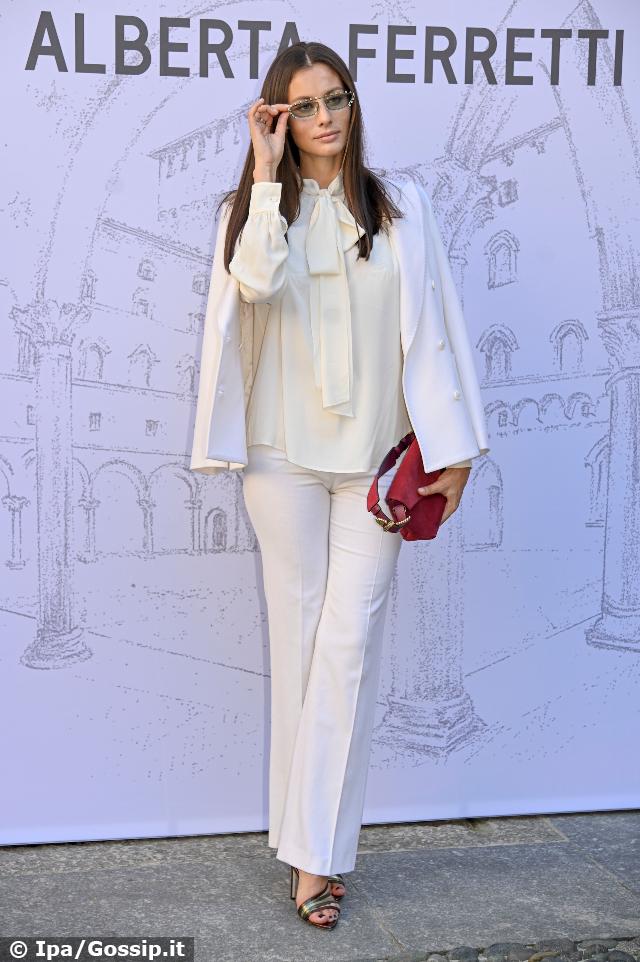 Marica Pellegrinelli, 32 anni, in total white alla sfilata di Alberta Ferretti alla Milano Fashion Week