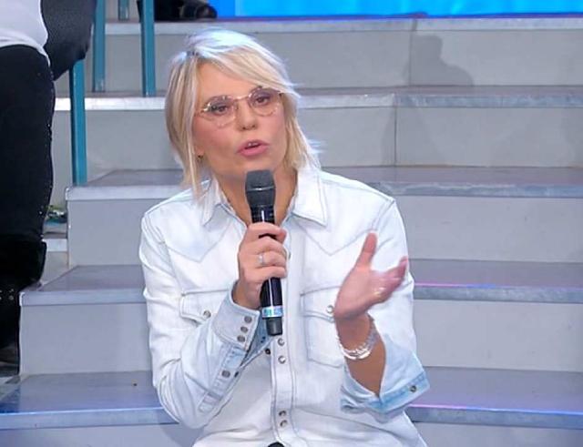Maria De Filippi, 58 anni, seduta sugli scalini dello studio di 'Amici': è questo il modo in cui da tantissimi anni conduce la trasmissione e ora ha rivelato come mai