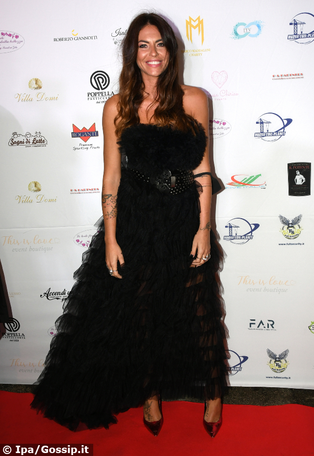 Pamela Camassa, 36 anni, elegantissima in nero all'evento di gala napoletano organizzato da Marco Maddaloni