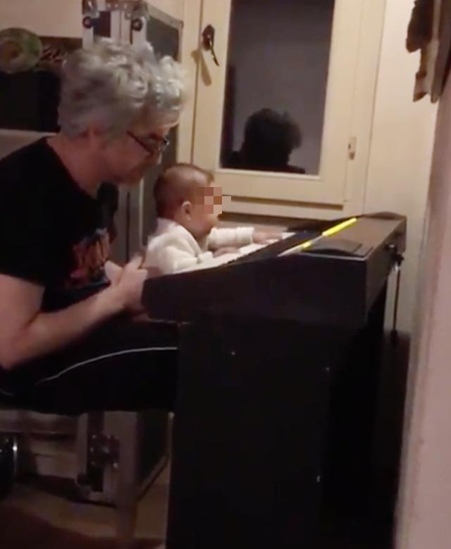 Morgan, prima lezione di piano alla figlia di 6 mesi Maria Eco