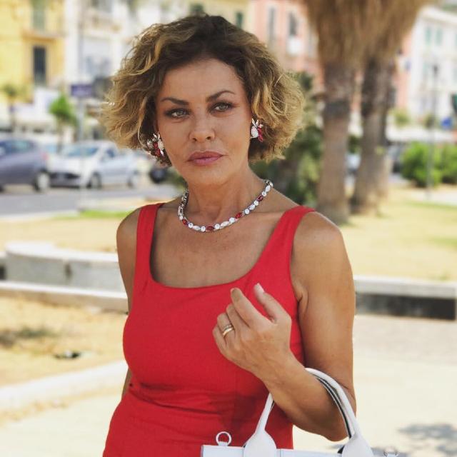 Eva Grimaldi a ruota libera: 'Con Garko avrei fatto un figlio, mi sono rifatta il seno otto volte e ho iniziato a...'