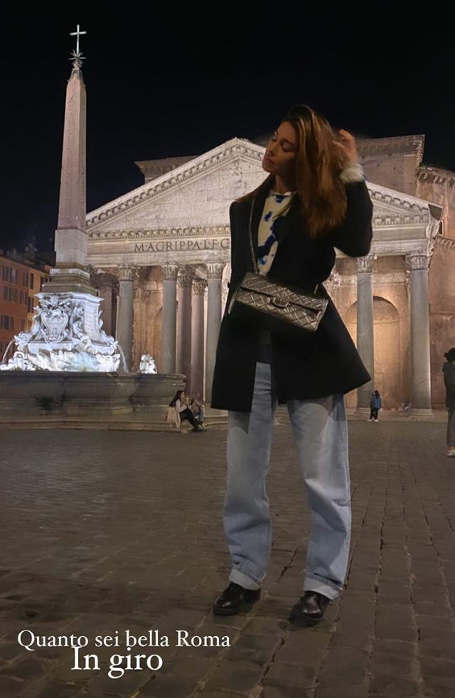 Belen e fidanzato in giro per Roma di notte, ci scappa il bacio social