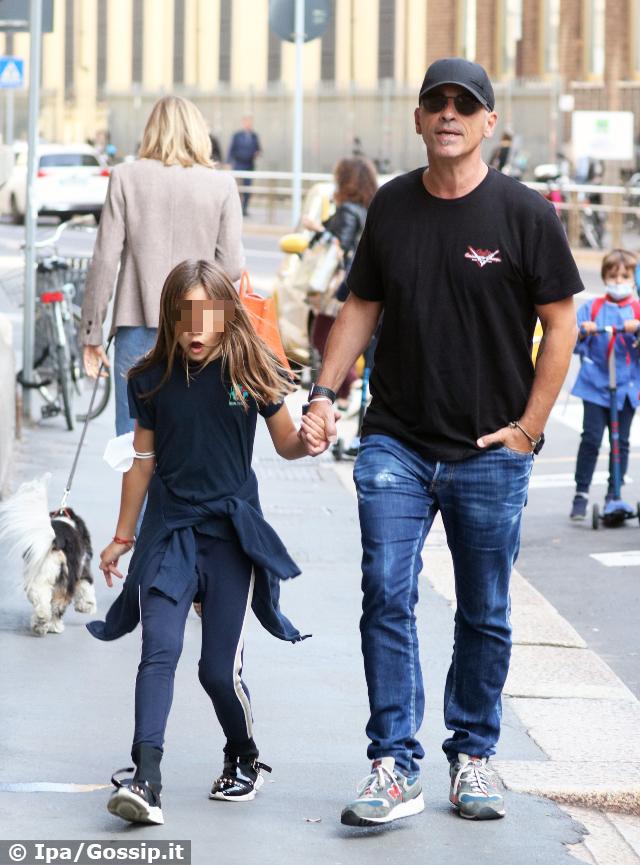Eros Ramazzotti, 56 anni, va a prendere la figlia Rafaela Maria, 9, a scuola