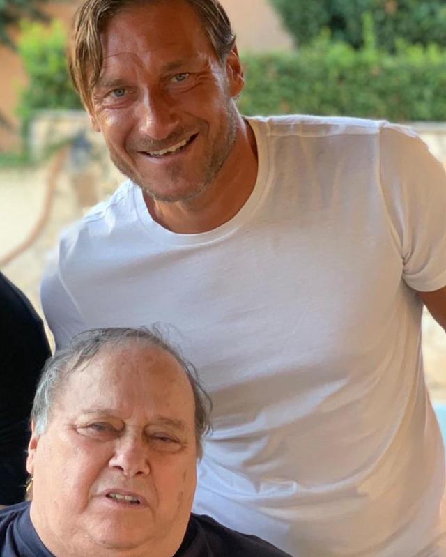 La foto che Francesco Totti, 44 anni, ha pubblicato per ricordare papà Enzo, morto a 74 anni due giorni fa dopo aver contratto il Coronavirus