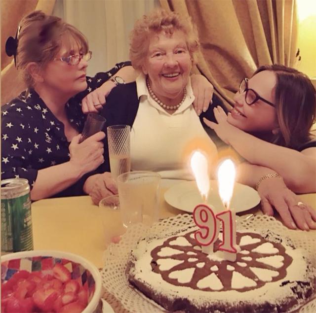 Ornella Muti, 65 anni, insieme alla mamma Ilse Renate Krause, spentasi da poche ore a 91 anni