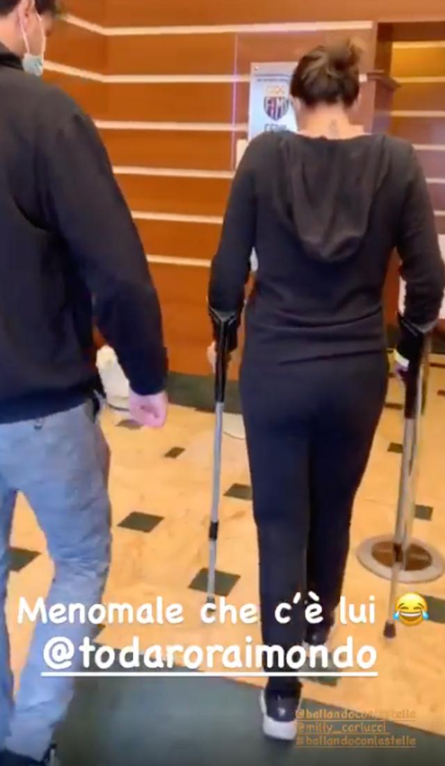 Elisa Isoardi in stampelle, visita ortopedica alla caviglia: rischia l'addio a Ballando. Guarda