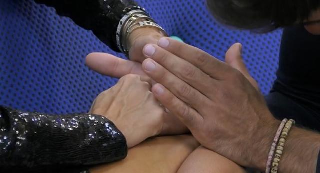 La showgirl scrive lettere e parole sul palmo della mano di Pierpaolo