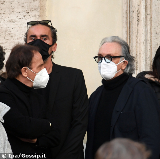 Funerale Stefano D'Orazio, dolore straziante per la vedova e i Pooh
