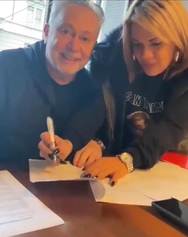 Lele Mora firma un contratto con Angela da Mondello: 'Non sono il suo agente, ma...'