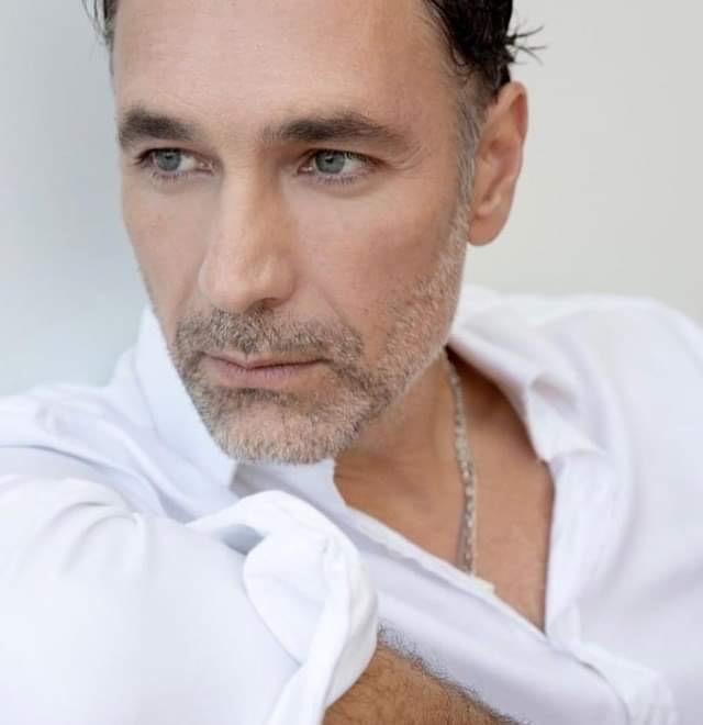 Raoul Bova, 49 anni, ha rivelato che a volte gli capita di alzarsi di notte e mangiare in maniera compulsiva