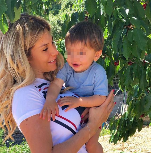 Paola Caruso, 35 anni, insieme al figlio Michelino, nato nel 2019