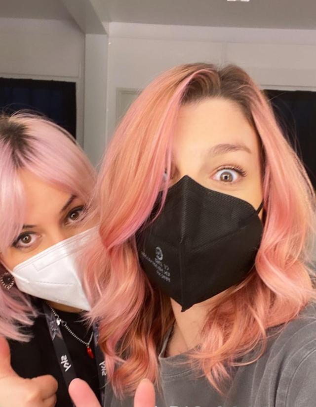 Emma cambia look con i capelli rosa: ecco perché