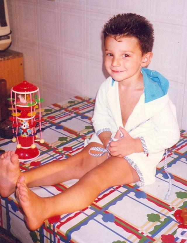 Riconoscete questo bambino di 5 anni? Oggi è un famoso conduttore