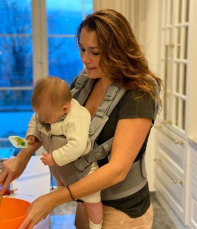 Alena Seredova ai fornelli: cucina con la figlia nel marsupio, foto