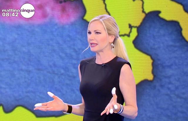 Federica Panicucci con le dita fasciate in tv: cosa le sarà successo? Le immagini