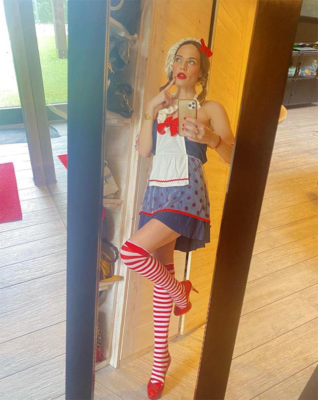 Laura Chiatti sexy Cappuccetto Rosso per la festa di Carnevale casalinga: foto