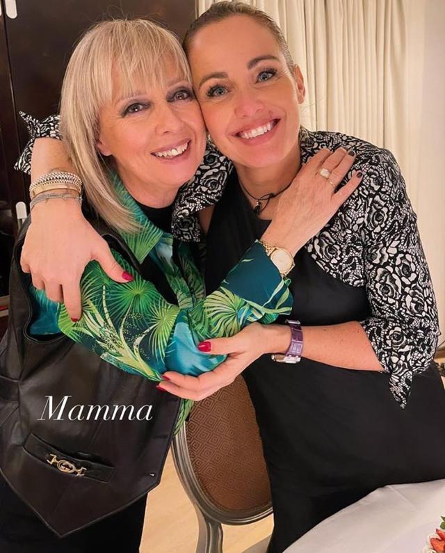 Sonia Bruganelli non rinuncia alla festa di compleanno in hotel con la mamma e tanti amici: foto