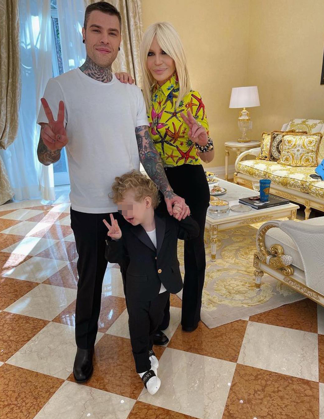 Fedez con Leone e Chiara da Donatella Versace: guarda che combina il figlio...