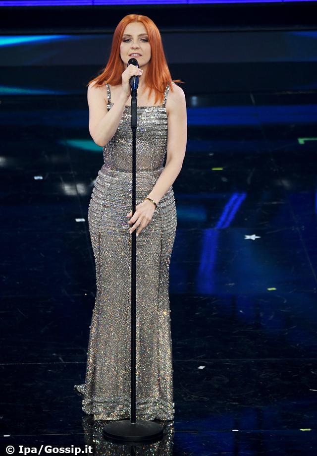 Noemi sul palco a Sanremo dopo la sua 'metamorfosi': il look