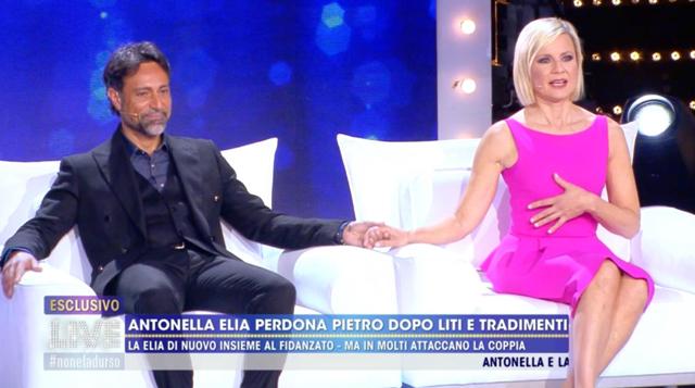 Antonella Elia e Pietro Delle Piane mano nella mano in tv, lei: 'Non mi importa se mi tradisce'