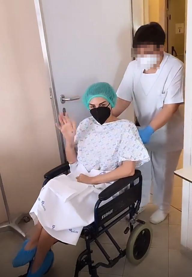 Elga Enardu, 44 anni, viene prelevata con la sedia a rotelle dalla stanza della clinica per essere portata in sala operatoria
