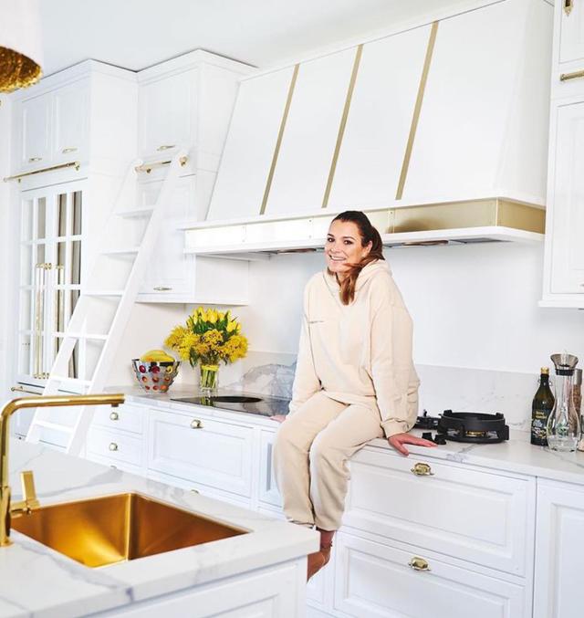 Alena Seredova mostra sul social la sua grande cucina extra-lusso: 'E' il cuore della casa'