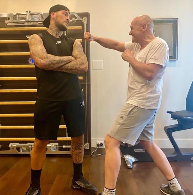 Alfonso Signorini boxer: il personal trainer è l'ex di Diletta Leotta