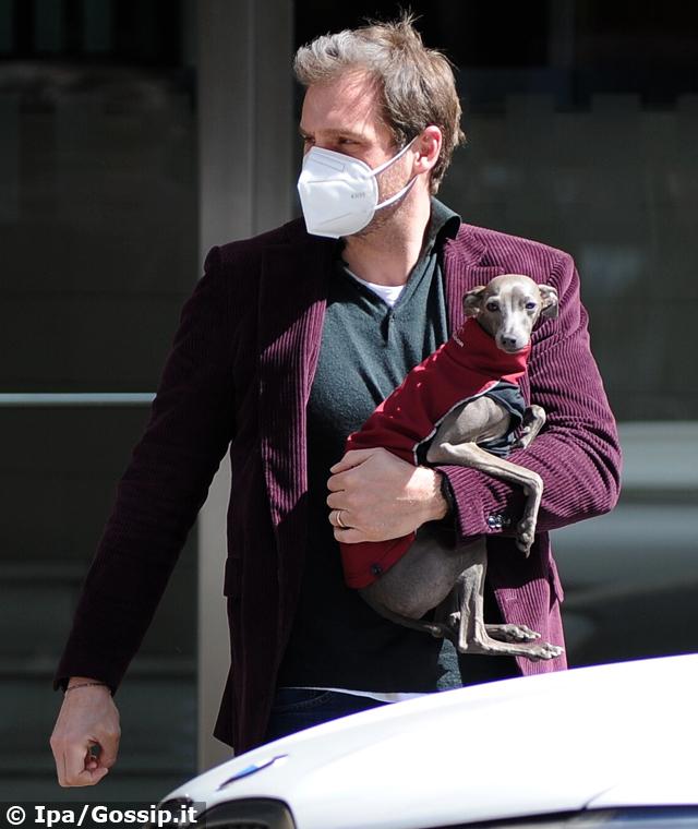 Tomaso Trussardi torna al lavoro con il suo cane: ecco perché non si separa mai dal levriero