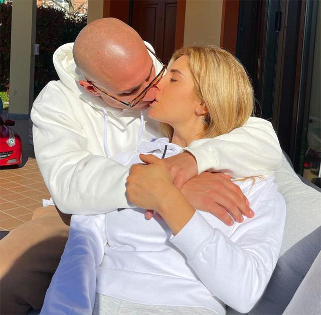 La corista besa al boxeador: entre los dos la pasión se dispara