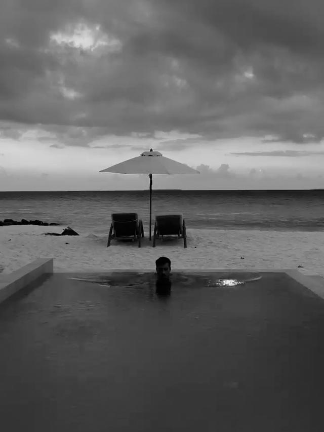 Antonino Spinalbese, 26 anni, nuota in piscina alle Maldive