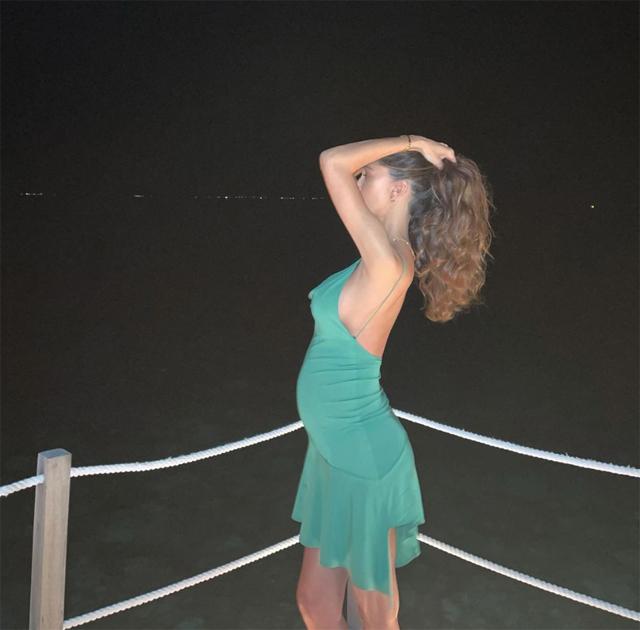 Belen Rodriguez, 36, posa di profilo e mostra il pancione davanti al mare delle Maldive, dove è volata con il fidanzato