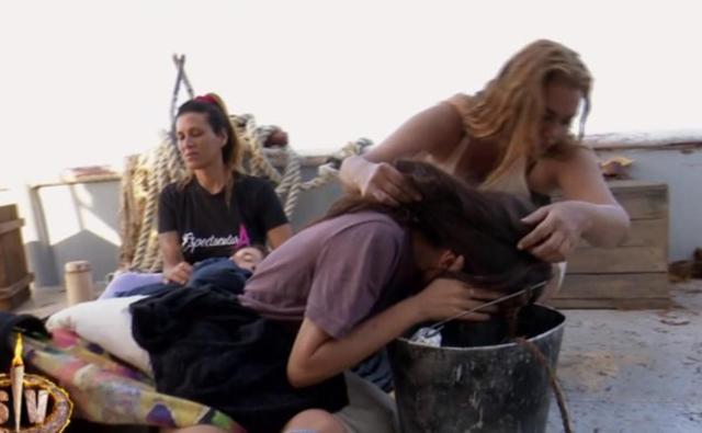 Valeria Marini, 53 anni, tiene la testa di un'altra concorrente di Supervivientes mentre vomita, intossicata probabilmente da uova mangiate crude