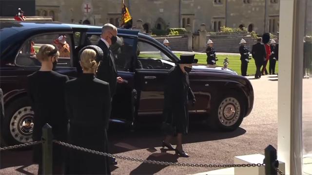La Regina Elisabetta, 94 anni, è arrivata in auto ed è entrata in chiesa prima della bara, da sola
