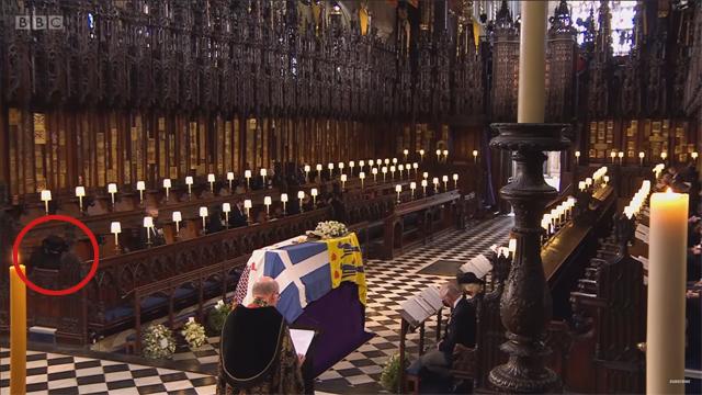 La Regina Elisabetta, in basso a sinistra cerchiata in rosso, siede da sola durante la cerimonia funebre