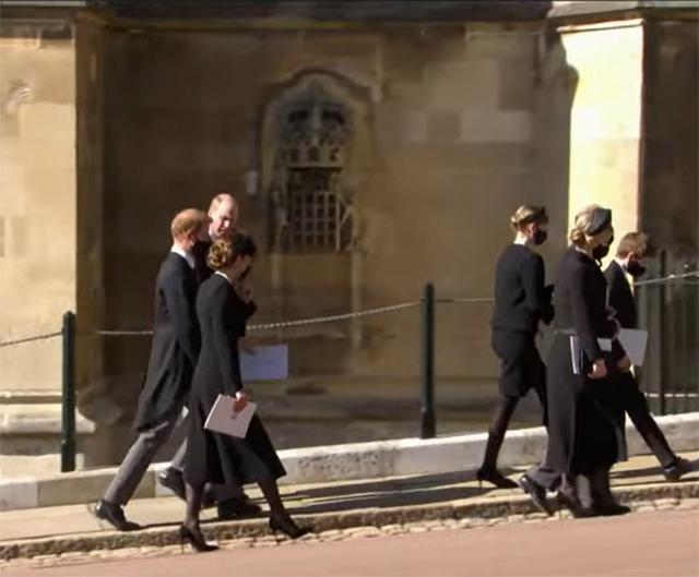 Harry con William e Kate: si allontano insieme parlando tra loro