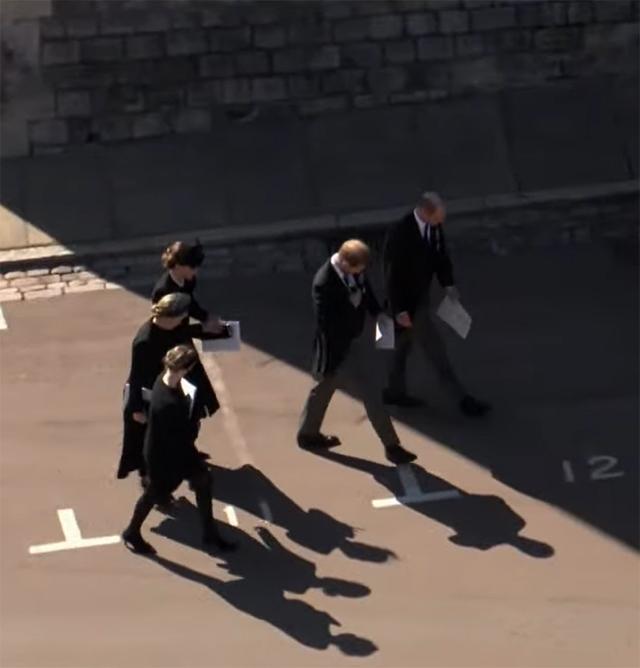 Harry e William si allontanano dal gruppo e continuano a parlare a quattr'occhi