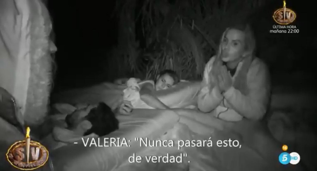 Valeria Marini urina fuori dal bagno a Supervivientes e si difende: 'La mia pipì come gocce di Chanel'