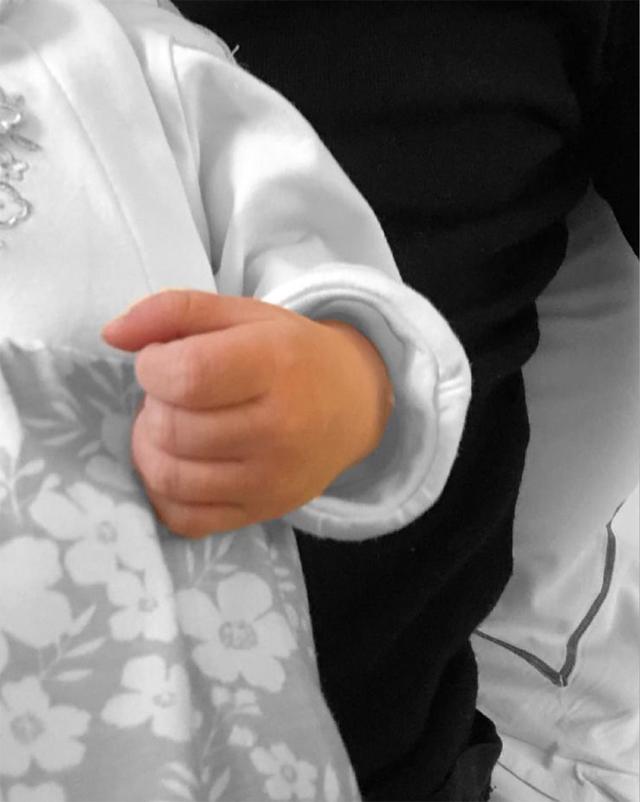 Cristina Chiabotto, 34 anni, ha partorito: è diventata mamma della piccola Luce, di cui ha pubblicato questa foto della manina per annunciare la lieta novella
