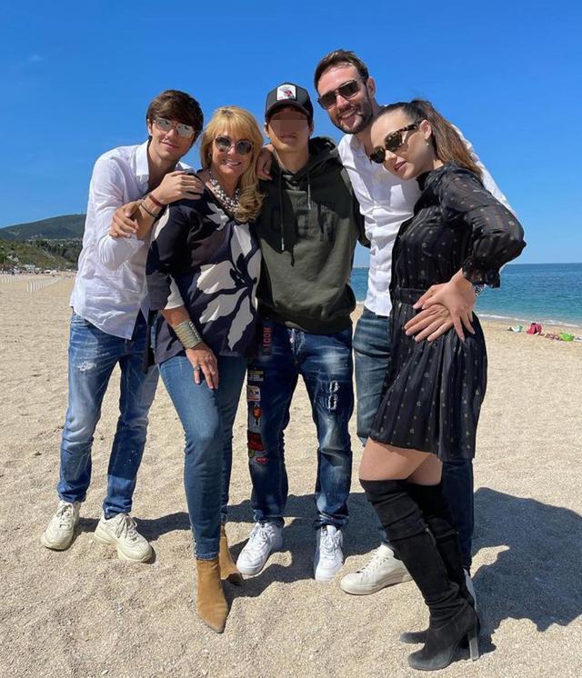 Rosalinda Cannavò con Andrea Zenga e Roberta Termali nelle Marche: ormai è di famiglia. Foto