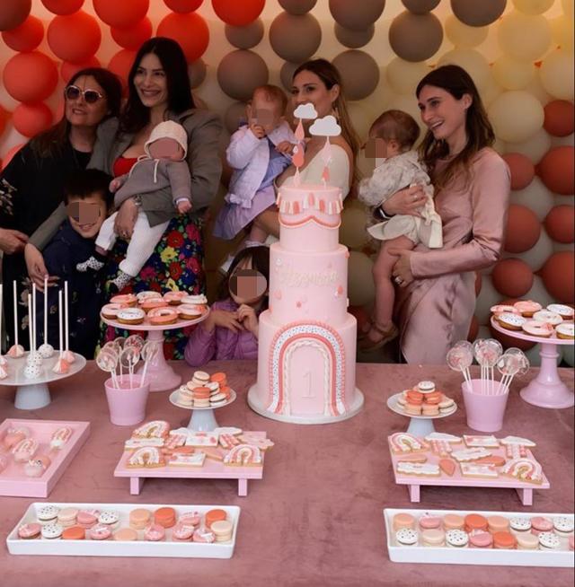 Le sorelle Valli riunite con i figli per la prima volta per il compleanno di Azzurra: foto