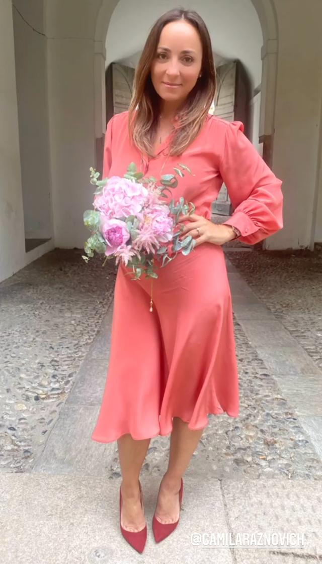 La presentadora con el vestido color salmón elegido para la boda con su pareja