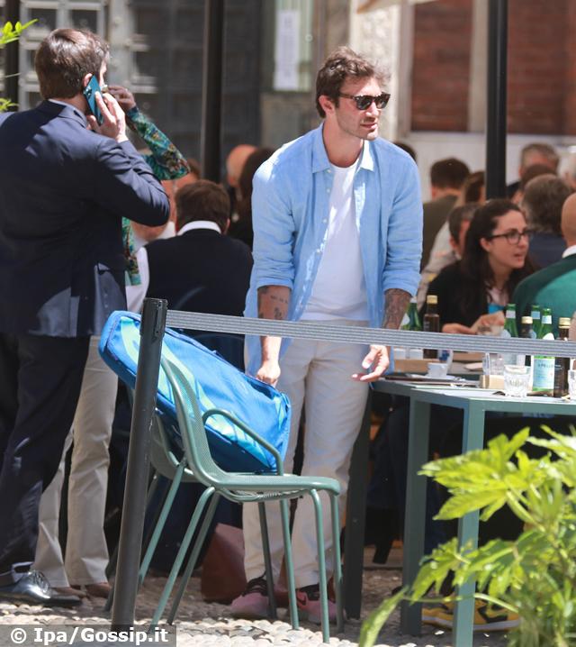 Stefano De Martino single e contento: a Milano pranzo con gli amici