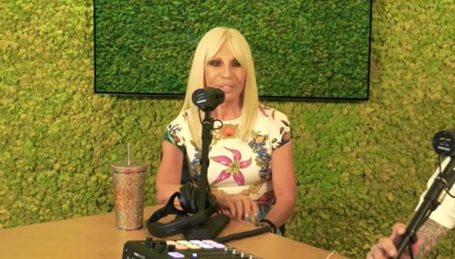 Donatella Versace, 66 anni, racconta di quella volta che voleva ospiti della sua sfilata i Blur, ma che per un disguido di pronuncia le portarono i Blue