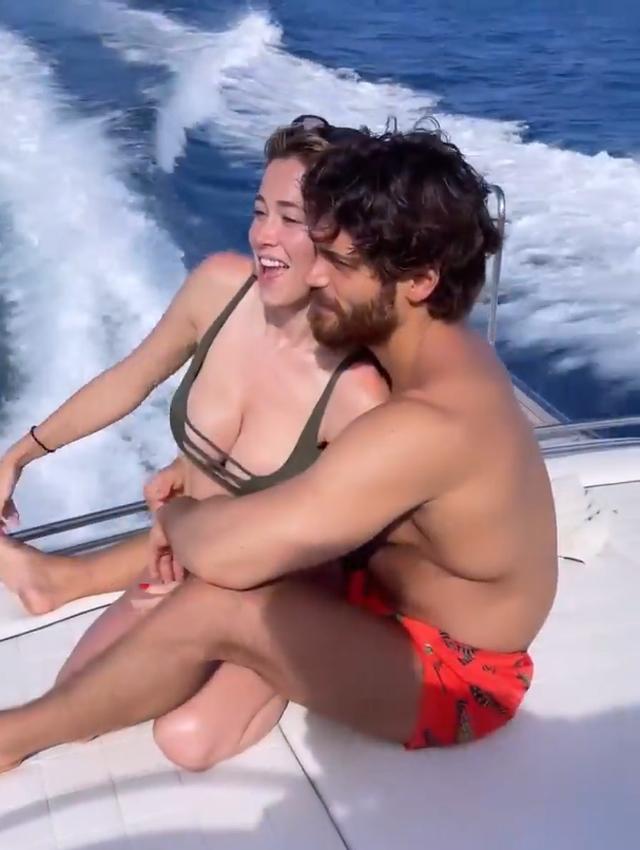 Leotta y Yaman disfrazados bajo el sol mediterráneo