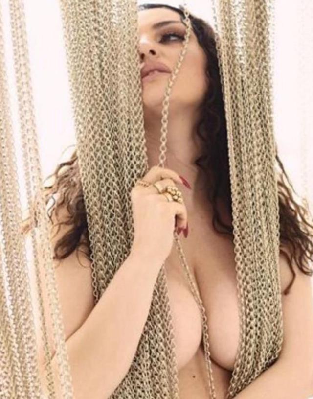 Arisa mostra il seno sul social: 'Ringrazio i miei genitori per avermi fatta bella'