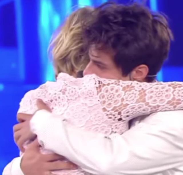 Maria De Filippi, 59 anni, abbraccia Michele Merlo, in arte Mike Bird, durante la sua esperienza ad 'Amici': il giovane cantante è morto poche ore fa a soli 28 anni
