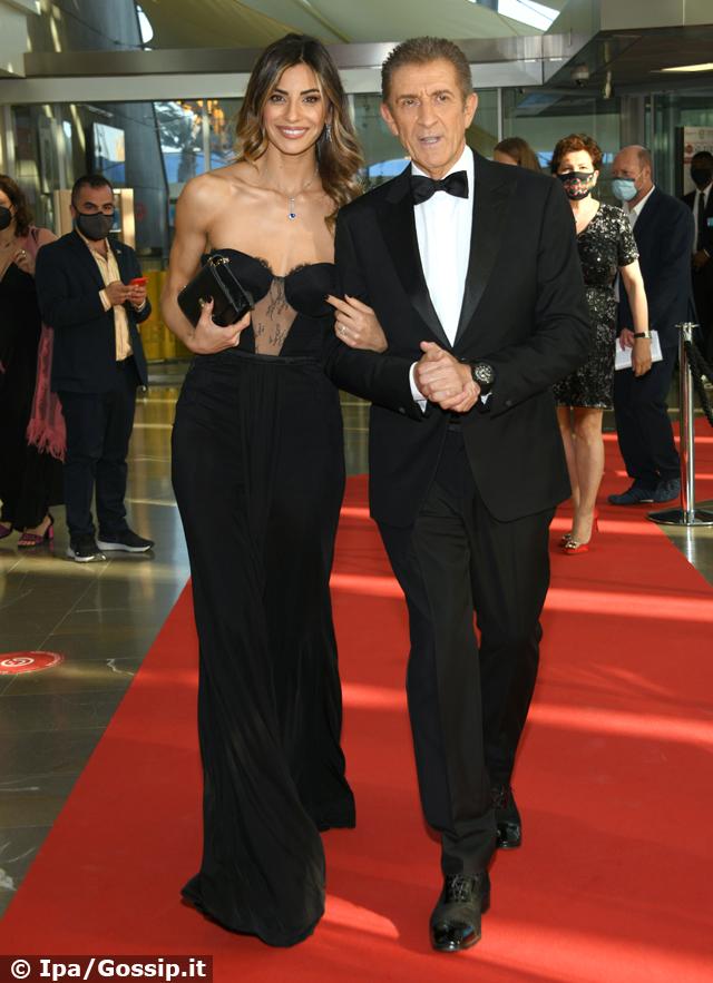 Ezio Greggio e Romina Pierdomenico, nonostante i 38 anni di differenza la relazione va a gonfie vele da quasi 3 anni: foto