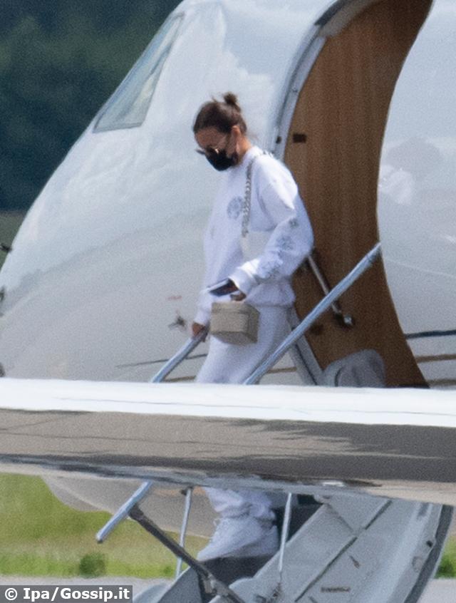 Irina Shayk, 35 anni, scende dall'aereo privato di Kanye West al ritorno dal viaggio in Francia insieme