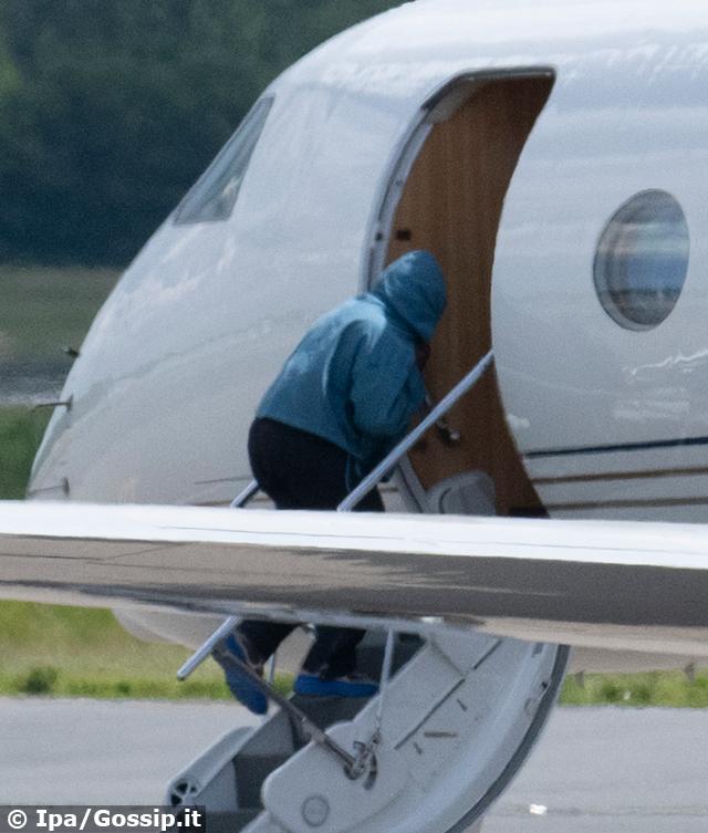 Kanye West, 44 anni, sulle stesse scalette dell'aereo privato da cui è appena scesa Irina Shayk, con cui si frequenta da qualche settimana